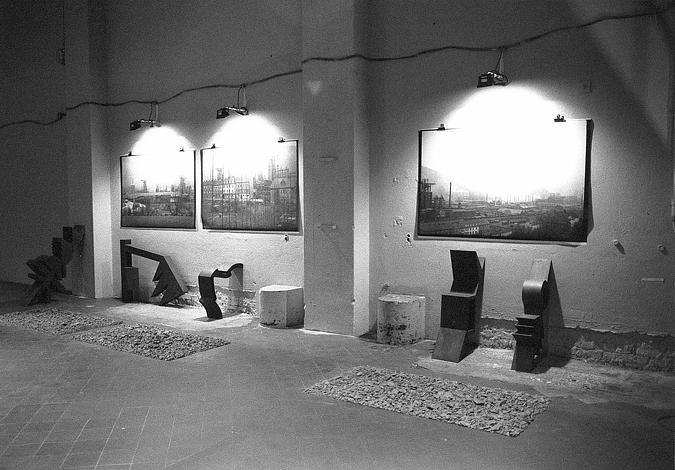 Installation Foto, Boden-Wand-Skulpturen, eisenhaltige Erde, 1995